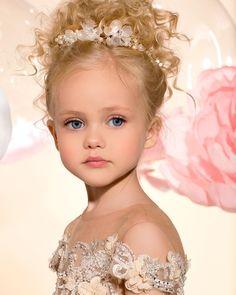 Este posibil ca imaginea să conţină: 1 persoană, cadru apropiat Pretty Kids, Pretty Little Girls, Cute Kids, Little Girl Pictures, Cute Baby Pictures, Cute Baby Boy, Cute Babies, Flower Girl Hairstyles, Wedding Hairstyles