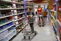 La odisea de pagar en efectivo en Venezuela Los venezolanos no podrán retirar más de 10.000 bolívares (5 dólares) de cajeros y bancos ante la escasez de billetes Dos mujeres compran en un supermercado de Caracas.