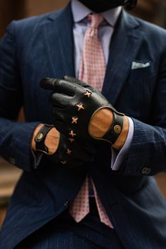 Inspired by the classic driving glove, our Racer gloves feature The Suited Racer cross in place of traditional knuckle holes. Leather Driving Gloves, Black Leather Gloves, Leather Men, Look Fashion, Mens Fashion, Fashion Outfits, Gloves Fashion, Business Casual Men, Mens Gloves