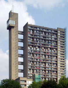 Der Trellick Tower (31-Stock)im Londoner Stadtteil North Kensington. Die 98 Meter hohe Wohnanlage unweit vom Ufer des Regent's Canal wurde im Stil des Brutalismus durch den Architekten Ernő Goldfinger entworfen. Sie wurde 1968 bis 1972 erbaut, war 1972 das höchste Wohnhaus im Vereinigten Königreich und zählt auch gegenwärtig zu den höchsten Bauwerken Londons. Zusammen mit den auf dem Dach angebrachten Antennen ist das Bauwerk 120 Meter hoch. Das Bauwerk steht unter Denkmalschutz.
