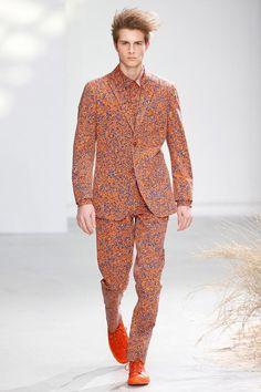Issey Miyake desfilou sua coleção na semana de moda masculina em Paris. Vem Conferir!