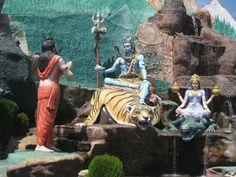 महा शिवरात्रि हिन्दुओ का सबसे अहम् और महत्वपूर्ण त्यौहार है जो फाल्गुन माह की कृष्ण पक्ष की चतुर्दशी को मनाया जाता है| इस दिन का सम्बन्ध केवल और केवल भगवान भोले नाथ से है| इसदिन कोई भी सच्चे मन से भोले बाबा की पूजा करता है तो अवश्य ही भोले बाबा की कृपा प्राप्त होती है| कुछ ऐसे ही महाशिवरात्रि के उपाय और टोटके आपको बताने जा रहे है|