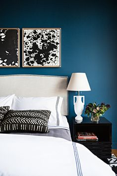 chambre-bleu-canard-blanc-noir-coussins-tableaux-chavet-lampe
