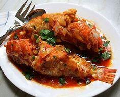 """Ψάρι """"μπουρδέτο"""" στη κατσαρόλα με πικάντικη σάλτσα ντομάτας"""
