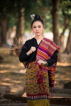 Traditional Thai Clothing, Traditional Dresses, Ethnic Fashion, Asian Fashion, Laos Wedding, Asian Style, Asian Woman, Plaid Scarf, Asian Beauty