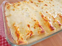 Creamy Chicken Enchiladas with White Sauce is made with flour tortillas, shredded chicken, mozzarella, green chiles and a delicious white cream sauce! Used with beef enchiladas! White Sauce Enchiladas, Creamy Chicken Enchiladas, Cheesy Enchiladas, Steak Enchiladas, Rotisserie Chicken Enchiladas, Creamy Chicken Bake, Mexican Dishes, Mexican Food Recipes, Mexican Meals