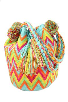 wayuu mochilas: I wonder if I could crochet something similar. Tapestry Bag, Tapestry Crochet, Crochet Diy, Love Crochet, Knooking, Mochila Crochet, Mode Boho, Boho Bags, Crochet Purses