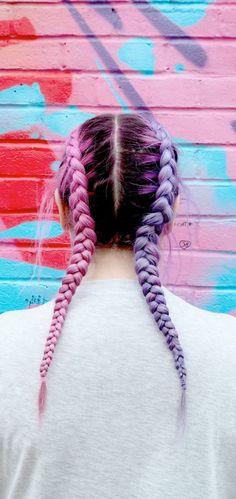 cheveux-violine-tresses-en-couleurs-différentes-coiffure-de-collégienne