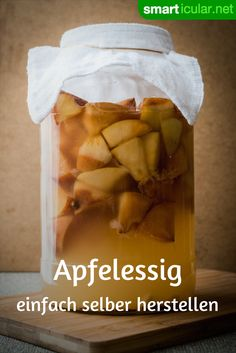 Apfelessig und anderen Fruchtessig ganz einfach selbst herstellen Making vinegar from apples or other fruits and fruit scraps such as peel and seeds is easier than expected. So you make your own vinegar! Fruit Smoothies, Healthy Smoothies, Smoothie Recipes, Chutneys, Make Apple Cider Vinegar, Cooking Classes Nyc, Kombucha Recipe, Fat Burning Detox Drinks, Healthy Recipes