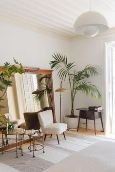 The interior design at Casa Mae Lagos in Portugal is on point! Bright, clean spaces and plants everywhere. Book a room now by clicking on the pic! Living Room Plants, Interior Design Living Room, Living Room Decor, Interior Paint, Kitchen Interior, House Plants, Couch Magazin, Home Builders, House Design