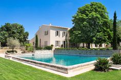 The color of the villa for the outdoor stone frames of the windows and doors of our finca. Villa France, Aix En Provence, Provence France, Saint Tropez, French Villa, Location Saisonnière, Small Swimming Pools, Pool Fountain, Property France