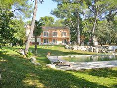 Au pied du Mont Ventoux en Provence, cette villa de charme vous accueille dans un parc de 9000 m2 à l'ombre des chênes et des pins centenaires au son des cigales. La belle piscine carrelée de 6 X 12,5 ( avec une fosse de 2,25 et un espace volley) déborde dans un bassin pour enfants de 7 X 3. Elle est entourée d'une vaste plage en teck avec des bains de soleil.