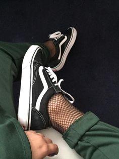 Vans + collants résille + pantalon roulotté sur la cheville = le bon mix