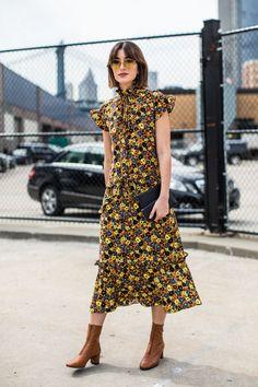 Floral dress / yellow / ruffles / Street style à la Fashion Week printemps-été 2018 de New York  Photo par Sandra Semburg