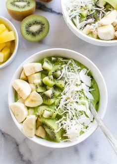 Prepáralo con:- 1/4 de taza de kéfir- 1/2 plátano maduro- una taza de espinaca fresca- 1/4 de taza de mango congelado- 1/4 de taza de piña congelada. Decóralo con la fruta que desees.
