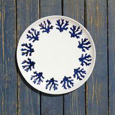 I colori e le forme del mare nell'inconfondibile firma di #ateliercerasarda. Corallo Azzurro è una proposta preziosa, realizzata con l'antica tecnica del graffito, un classico dell'oggettistica da tavola ispirata alle atmosfere magiche dell'isola di Sardegna. #MediterraneoStyle #ceramics #design #homedesign #homedecor #lifestyle #dishes #miseenplace #blue #interiordesign #creative #madeinitaly #ceramicsofitaly #style #designinspiration #grupporomani #cerasarda #ceramica