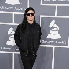 Skrillex, todo de negro, en la alfombra roja de los Grammys