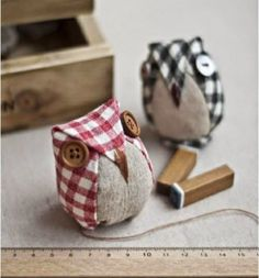 Over the next few weeks, I want to showcase free patterns that would make great gifts. This week, it's a possible gift for a fellow sewist. I came across this pattern for little stuffed owls,and my m