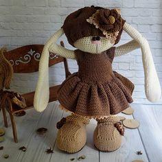 Хотите связать такую кофейную заиньку? Тогда пишите в директ, мк по ней уже в продаже. В мк входит описание самой зайки+описание одежды (шапочка, платье, штаны, ботинки, кофточка) +описание сумочки  ______________ Do you Wang to knit this bunny? White me in direct, I sell the pattern