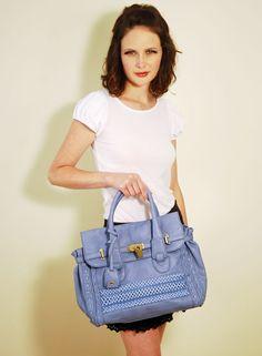 Bolsa em couro ecológico azul.  Perfeito para quebrar um look monocromatico.