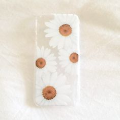 Hard plastic clear iPhone case with a cute white daisy print!  Fits iPhone 6!