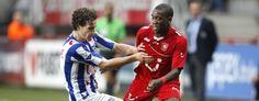 Ola John in duel met Janmaat tijdens FC Twente - SC Heerenveen (3-4) 03-05-2012