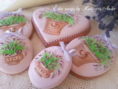 Easter egg cookies decorated with artistic clay pots over-flowing with heather, skillfully piped by Edes mezes by Kenyeres Aniko, posted on Cookie Connection.