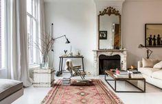 Dans ce salon à l'esprit bohème chic, un grand miroir ancien donne le ton.