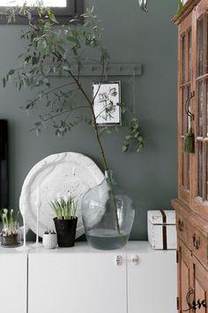 Muutamassakin postauksessa on vilahdellut olohuoneen vihreä seinä (Tikkurila Nefriitti N494). Sain maalattua sen joku kuukausi sitten. A... Green Wall Color, Wall Colors, Living Room Paint, Living Room Grey, Olive Green Walls, Green And Grey, Nature Decor, Inspiration Wall, Room Decor Bedroom