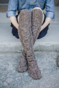 Standing Stones Stockings by Kalurah Hudson from Highland Knits: Knitwear Inspired by the Outlander Series. One of my knitting goals is knitting socks. Outlander Knitting Patterns, Knitting Books, Knitting Stitches, Stocking Pattern, How To Purl Knit, Knitting Accessories, Harajuku, Knitwear, Knit Crochet