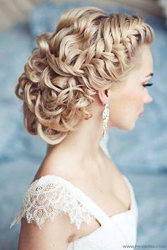 Acconciatura intrecciata con orecchini pendenti: scopri tutte le pettinature più belle per i tuoi capelli >> http://www.lemienozze.it/gallerie/foto-acconciature-sposa/