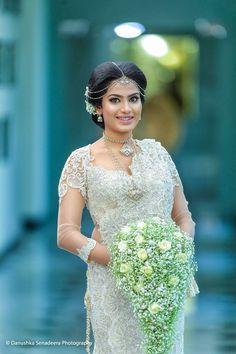 White Saree Wedding, Sari Wedding Dresses, Wedding Frocks, Bridal Sari, Bridal Dresses, Bridal Outfits, Casual Wedding, Wedding Bride, Wedding Ideas