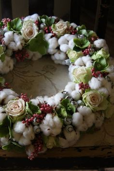 Every time I see a cotton wreath, I want to make one, would like to use the real stuff. Wreaths And Garlands, Holiday Wreaths, Christmas Decorations, Deco Floral, Arte Floral, Wreath Crafts, Diy Wreath, Cotton Wreath, Funeral Flowers