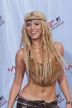 Pin for Later: Shakira's Hair Evolution From Redheaded Rebel to Caramel-Blond Mom September 2001 At the 2001 MTV Video Music Awards, Shakira accessorized her long locks with a Wonder Woman-esque headband. Shakira Hair, Shakira Photos, Mtv Video Music Award, Music Awards, Hair Evolution, Mtv Videos, Bad Girl Aesthetic, Cut And Style, Hair Designs
