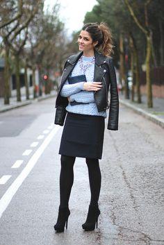 trendy_taste-look-outfit-street_style-ootd-blogger-fashion_spain-moda_españa-black_blue_skirt-azul_negro-falda-leather_jacket-chaqueta_cuero...