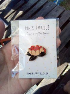 Joli pin s fleur - Pin s fleur coloré avec bords dorés, de la marque Happy  bulle. Vinted 3a3af943182