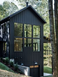 Black Beauty A Modern Tennessee Farmhouse Leslie Brown Photography ; schwarze schönheit ein modernes tennessee farmhouse leslie brown photography Black Beauty A Modern Tennessee Farmhouse Leslie Brown Photography ; Farmhouse Style Bedrooms, Modern Farmhouse Exterior, Farmhouse Decor, Rustic Bedrooms, Stommel Haus, Black House Exterior, Haus Am See, Casas Containers, Black Barn