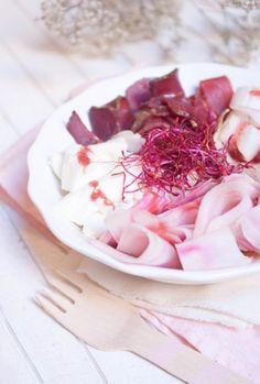 Salade rose à la viande séchée, betterave et framboises