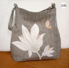 ELLIE+White+Flowers+No.2+Táto+priestranná+a+elegantná+taška+je ušitá+zo+svetlej+sivohnedej+látky na+ktorej+je+prišitá aplikácia+z+bielej+a+…