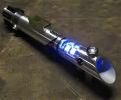 Monarch Custom Saber not star wars fx luke rotj par Saberforge Lightsaber Design, Custom Lightsaber, Lightsaber Hilt, Star Wars Rebellen, Star Wars Canon, Stephen Hawking, Sabre Laser, Jedi Sith, Lightsaber