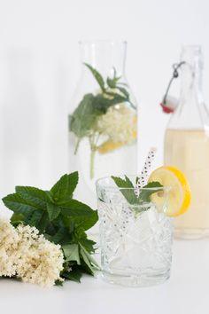Wie ich meinen Hollerblüten Minz Sirup mache erfahrt man auf meinem Blog Glass Vase, Blog, Table Decorations, Home Decor, Room Decor, Blogging, Home Interior Design, Decoration Home, Dinner Table Decorations