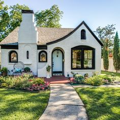 """@fortheloveofoldhouses on Instagram: """"Dallas, TX 1943 $600,000 photos are from the listing"""" Mid Century House, Midcentury Modern, Mansions, House Styles, Home Decor, Mansion Houses, Homemade Home Decor, Manor Houses, Fancy Houses"""