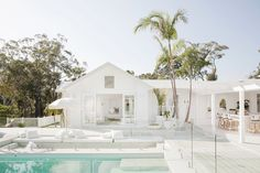 Light, bright and white on white is the theme for Three Birds Renovations House The scale and what seems like simplicity at first glance gives this home its WOW factor, but once you study the details, not one has been missed. Home Modern, Modern Coastal, Style Blanc, Living Pool, Outdoor Living, Living Area, Three Birds Renovations, Coastal Homes, House Goals