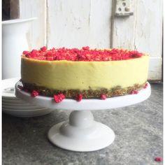 Raw citroncheescake är en ny favorit helt klart. Ni vet, när balansen i en citronskapelse är perfekt mellan syrlighet, sötma och len gräddighet - då är citrondesserter det bästa som finns. Jag gjorde denna till min egen födelsdagsmiddag. Perfekt avslutning på en fräsch och chilistark vårmeny. Receptet ligger på bloggen nu. #raw #rawfood #vegan #cheesecake #tårta #nillaskitchen #peaceandlove #bakaglutenfritt