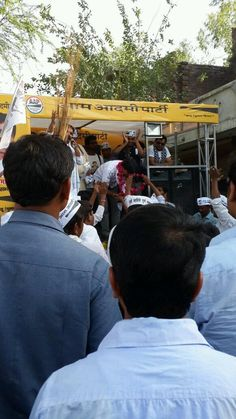 Images from @DrKumarVishwas campaign in Amethi . Tells me he will live in Amethi even if he loses pic.twitter.com/m0UrfI1FqY