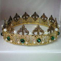 Anne Boleyn's pearl crown. Gorgeous color of emeralds, looks like tin but Id think it would be made in gold~