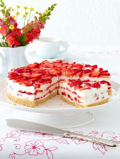 Erdbeer-Philadelphia-Torte The recipe for strawberry Philadelphia pie and more free recipes on LECKER. No Bake Desserts, Delicious Desserts, Dessert Recipes, Yummy Food, Food Cakes, Cupcake Cakes, Cupcakes, Dessert Oreo, German Baking