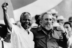 """Nelson Mandela con Fidel Castro. Durante la celebración del """"Día de la Revolución"""" en la ciudad de Matanzas, Cuba, sábado, 27 de julio de 1991. Los cubanos celebraban el 38º aniversario de la revolución"""