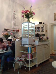 Schönes Cafe // Berlin-Kreuzberg // großes veganes Angebot / Pancakes mit verschiedenen Toppings, Panini, Kuchen, Cookies, Rosenblütenlimonade, Kaffee und Chai mit Sojamilch und ein rein veganes Frühstück //