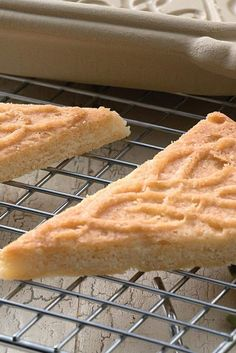 Irish Cream Shortbread Recipe by King Arthur Flour -- Buttery shortbread flavored with Irish whiskey — what could be better? Irish Desserts, Asian Desserts, Shortbread Recipes, Cookie Recipes, Dessert Recipes, Irish Shortbread Recipe, Irish Tea Cake Recipe, Shortbread Cookies, Hp Sauce